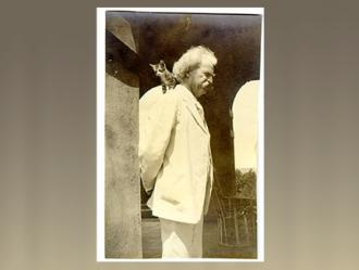 Mark Twain and Tammany's kitten at Stormfield. Photographer: Isabel V. Lyon, Redding, Conn. Date: November 1908. [Mark Twain Papers, PH00575]